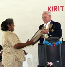 Governor Jack Davies von Distrikt 9220 überreicht Ruta Uatioa, Präsidentin des Rotary Clubs Kiritimati, die Charterurkunde.