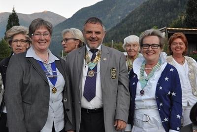 (Devant de gauche à droite): Christine Weissen, Présidente Inner Wheel Haut Valais; DG Peter Pfister D 1990;  G Pirkko Schindler, Governor Inner Wheel D19