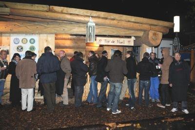 La foule des visiteurs du Marché de Noël se presse, dont de nombreux amis, se presse autour du stand de thé des Bûcherons généreusement amélioré de rhum !!!