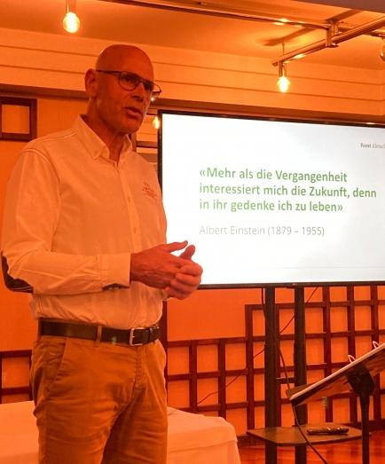 Peter Aschilier präsentiert das Forschungsprojekt der WSL auf der Riederalp mit dem Forst Aletsch.