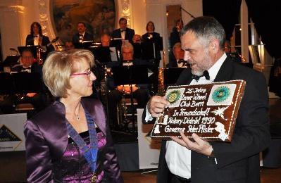 Präsidentin Heidy Hofstetter bekommt den «Freundschaftslebkuchen» von Governor Peter Pfister // Heidy Hofstetter, présidente, reçoit le pain d'épices de l'Amitié des mains du Gouverneur Peter Pfister